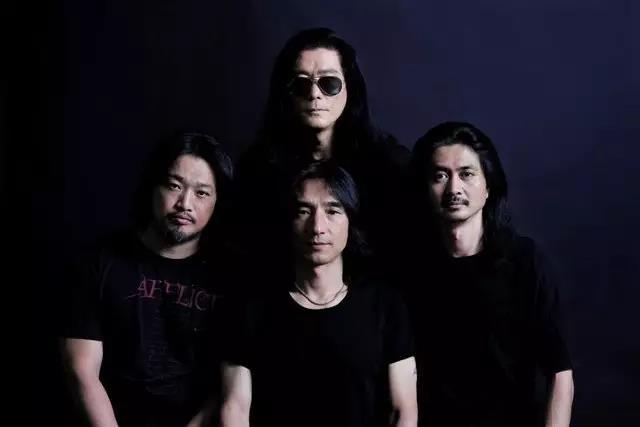 """1988年,唐朝乐队初创。1994年12月17日,在香港红磡体育馆参加""""摇滚中国乐势力演唱会""""。1999年,发行专辑《演义》。2003年12月13日,担任二手玫瑰乐队""""通天演唱会""""嘉宾。2008年6月13日,发行专辑《浪漫骑士》。2010年1月23日,获得第7届金唱片奖""""摇滚类乐队奖"""" 。2013年11月8日,发行专辑《芒刺》。2014年1月11日,获得华语金曲奖""""殿堂级乐队奖"""";2月份,先后在新西兰、斐济举办""""太阳·芒刺海外巡回演唱会""""。"""